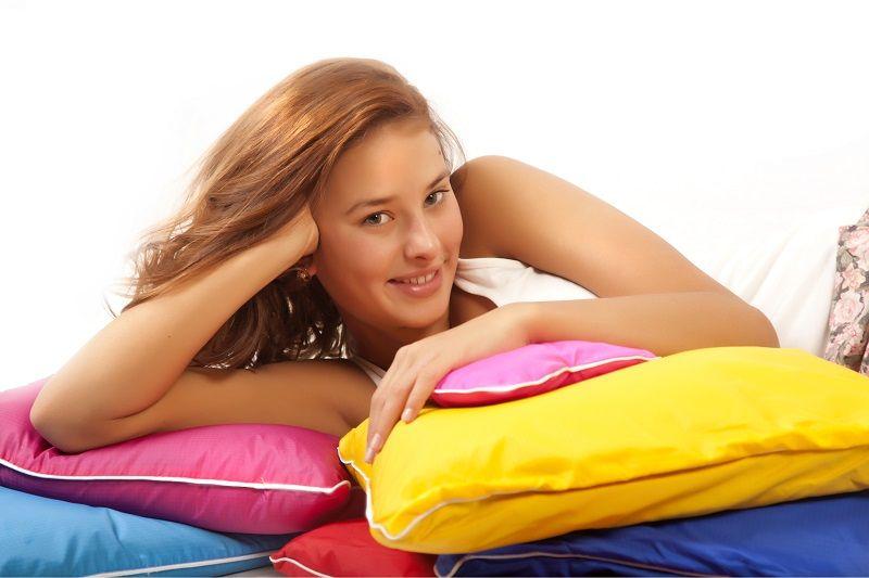Девушка с подушкой
